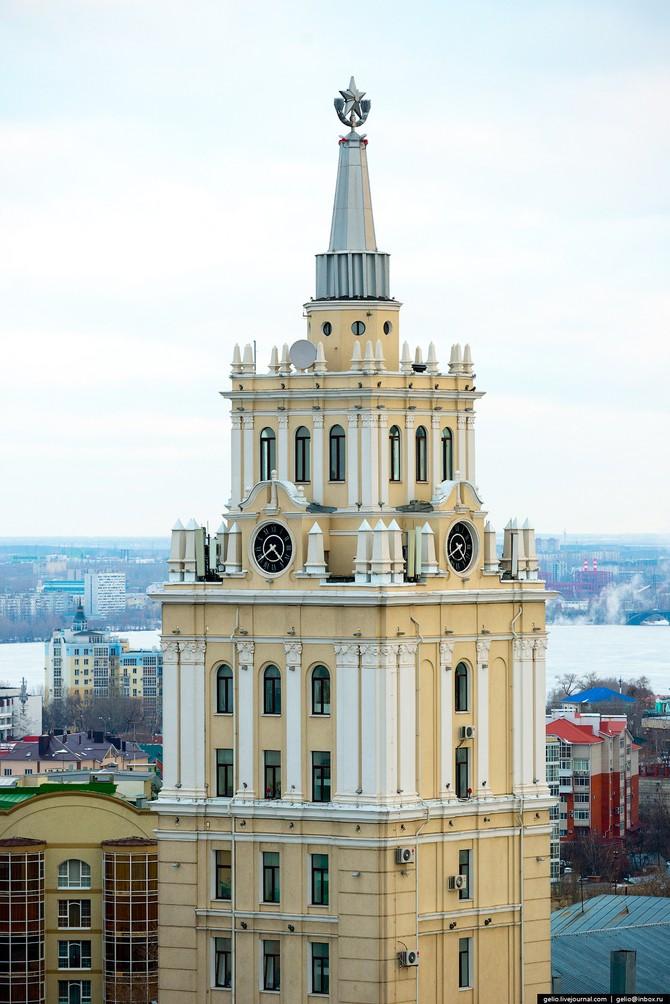 Высота башни со шпилем и звездой на вершине — 68 метров.