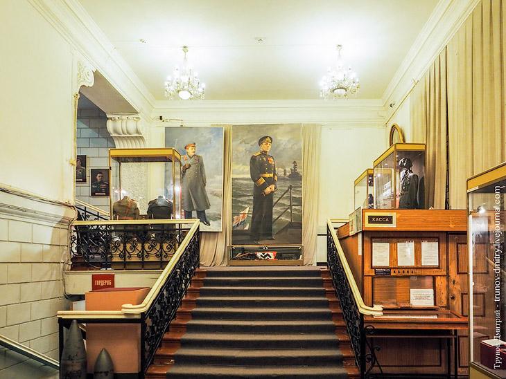 2. Попадая в основной зал музея вы попадаете в выставочную зону. В момент моего присутствия посетите