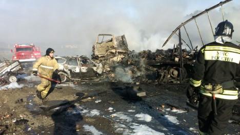 Двое взрослых иребёнок сгорели вавто после столкновения с грузовым автомобилем