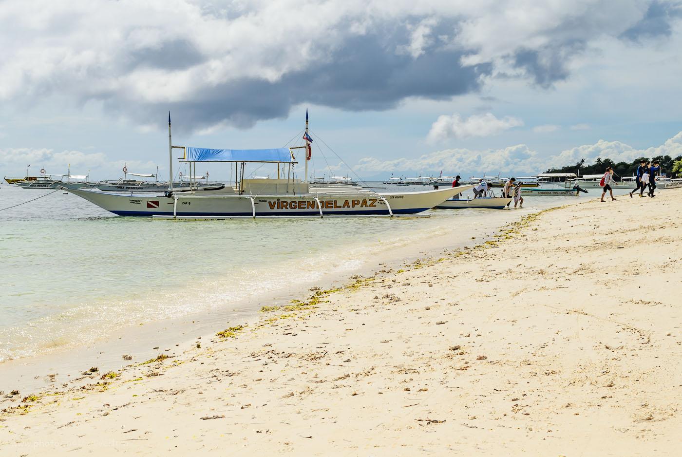 Фото 1. С чего начать фотоотчет об отдыхе на Филиппинах? Например, можно показать лодку, на которой туристы прибыли на остров Панглао (Panglao). Камера Nikon D5100 KIT 18-55 VR. Настройки: выдержка 1/320 секунды, диафрагма f/13.0, ISO 100, фокусное 35 мм.