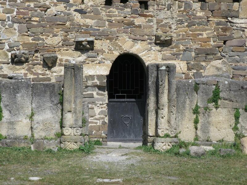 Ограда и ворота вдоль западного фасада, Тхаба-Ерды