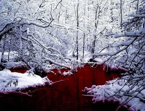 Красное озеро на севере Канады