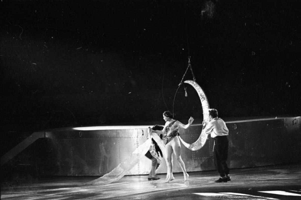 1958. Воздушная гимнастка Раиса Немчинская в новогоднем спектакле «Золотой орех»