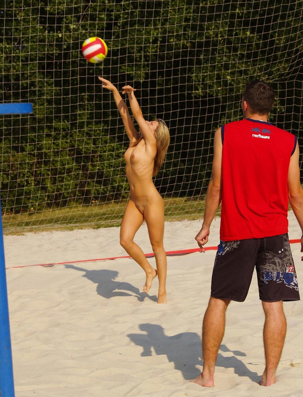 голые девушки играют в волейбол на озере порно