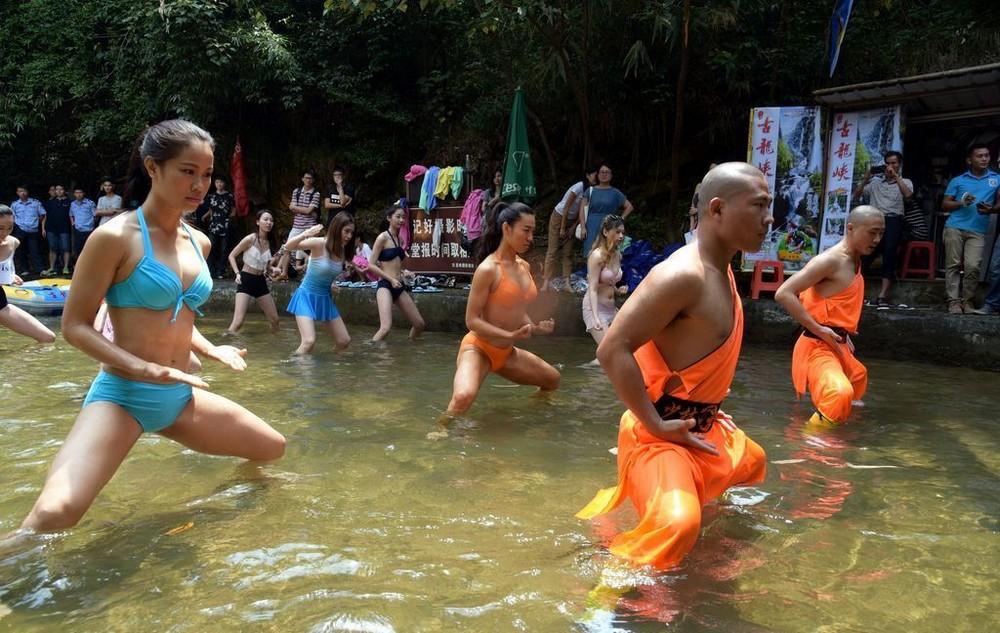 Монахи из Шаолиня обучили кунг-фу спасателей в бикини
