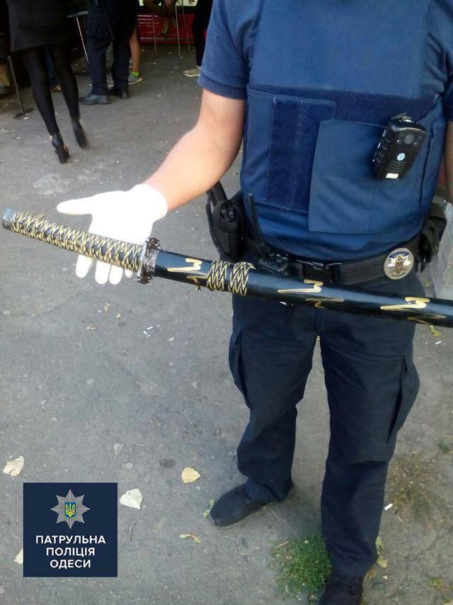 Патрульные Одессы спасли мужчину, пытавшегося покончить с собой при помощи самурайского меча. ФОТО