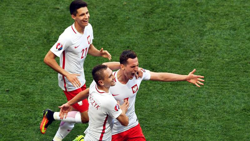 Игроки польской команды празднуют гол.jpg