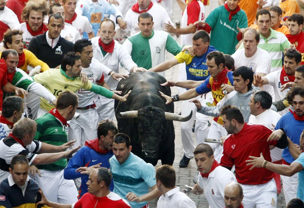 Фестиваль Сан-Фермин— одни из самых ярких фотографий знаменитого бега быков и корриды