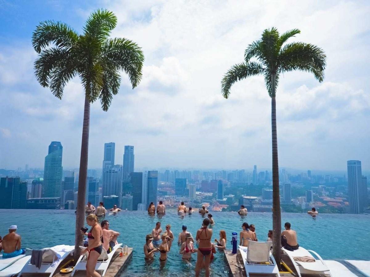 51. Поплавайте в бассейне на вершине отеля Marina Bay Sands в Сингапуре.