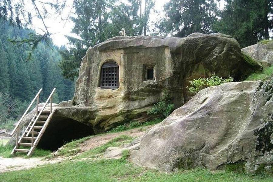 Старинный дом, вырезанный прямо в мягкой горной породе, расположен в местечке Буковина, на границе У