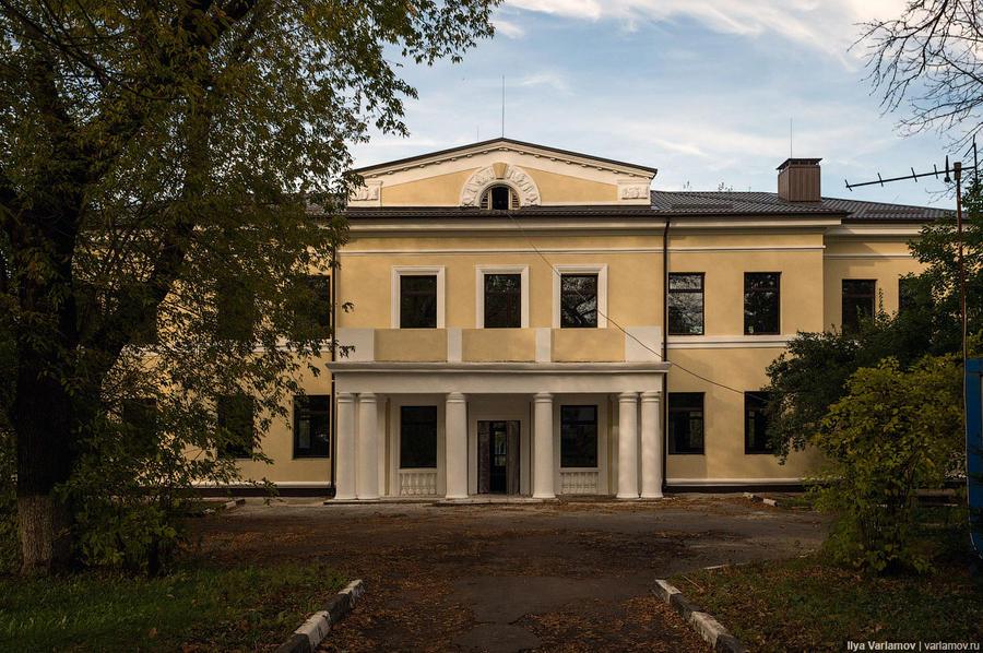 3. А вот здание бывшего профилактория Московского нефтеперерабатывающего завода. Его реконструируют.