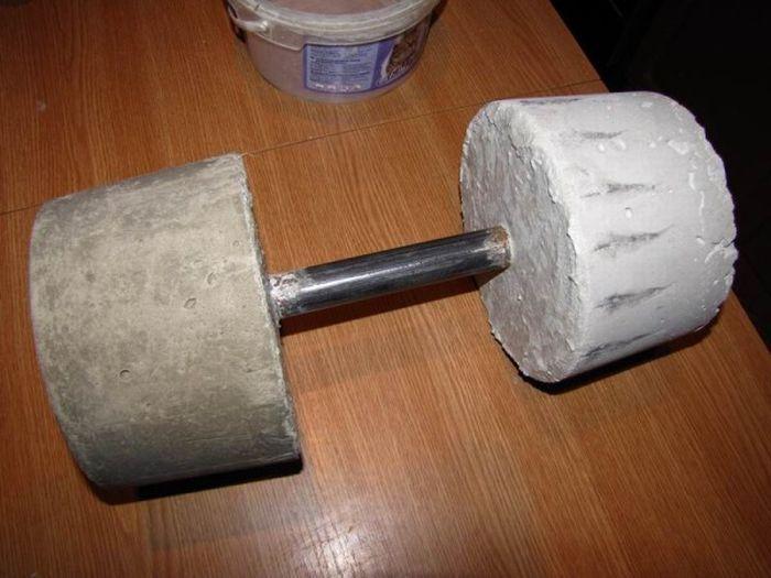 Получились вот такие самодельные гантели из бетона, для удобства их можно обвернуть хотя бы скотчем