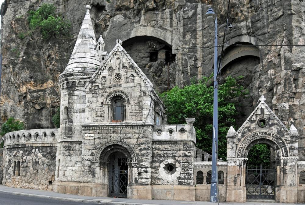 Действующая уже почти 800 лет уникальная пещерная церковь монахов-паулинов выдолблена вскале. Поод
