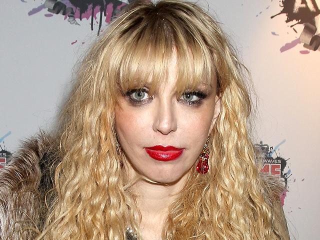 1. Навороченные прически  Женщина с налакированными волосами, полными мусса и геля, а также хаот