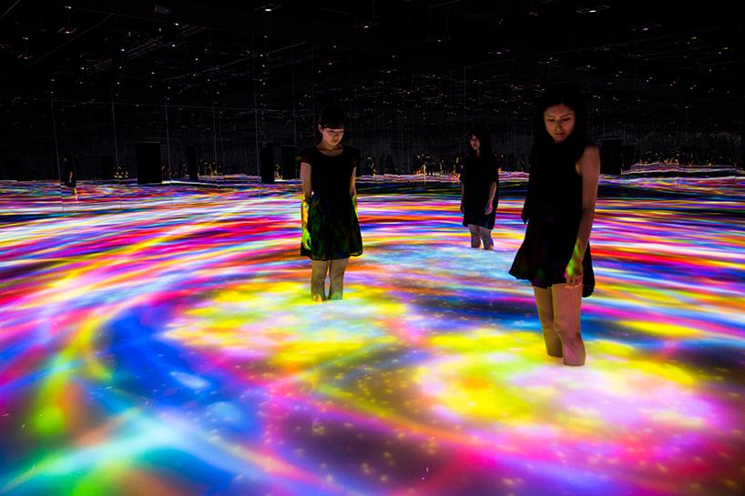Атмосферная выставка цифрового искусства в Токио