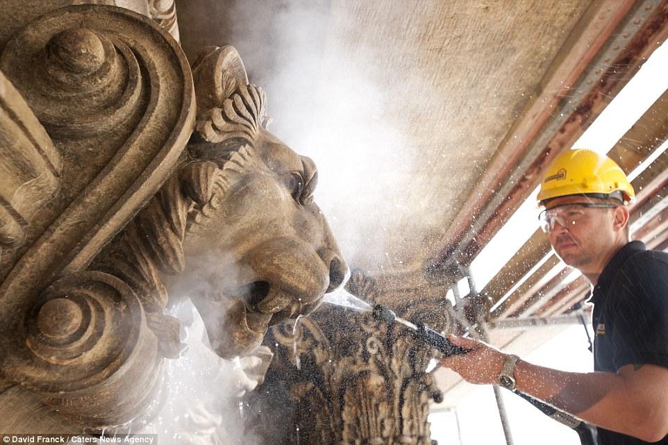 6. На фото: рабочий чистит здание Национального театра в Праге. Число людей, задействованных в каждо
