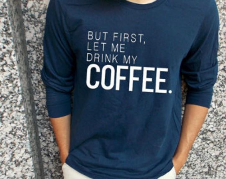 14. Мужской джемпер Мужской джемпер с надписью «Для начала позвольте мне выпить мой кофе».