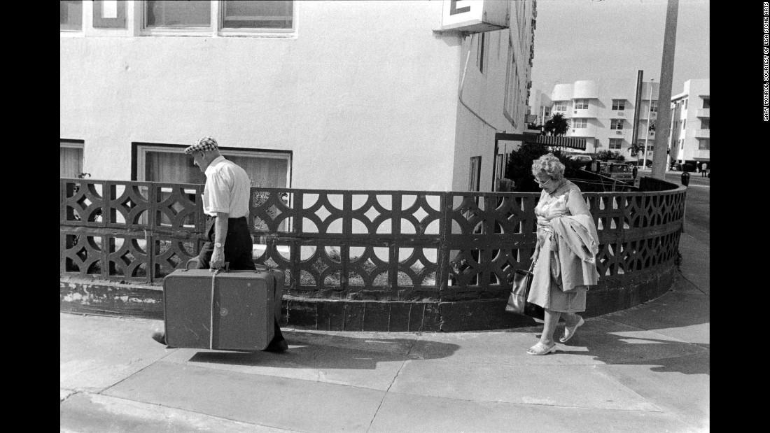 Пара идет с чемоданом по 15-й улице, 1981. «Однажды я заметил семейную пару, которая, казалось бы, б