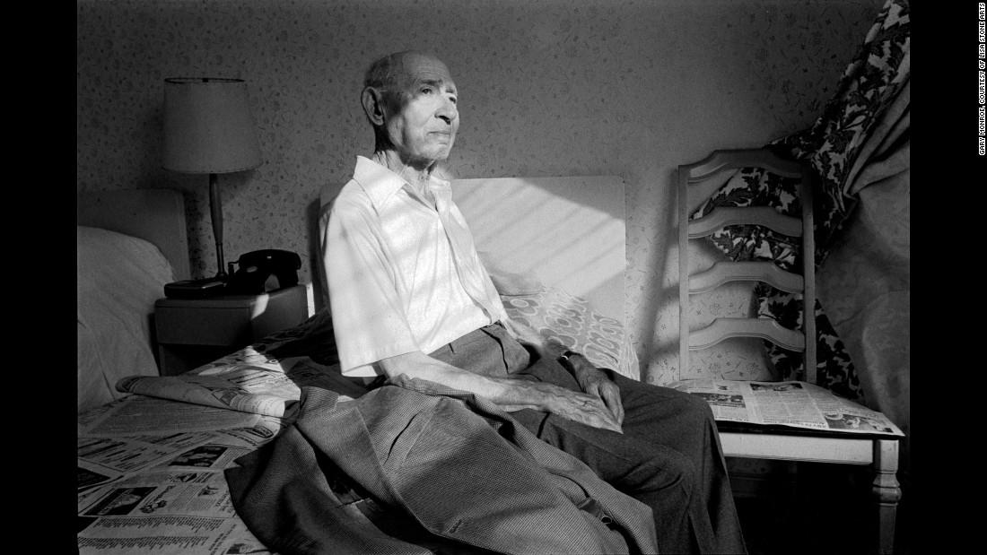 Мужчина сидит в своей комнате, 1984. Монро признается, что горячо любит это фото уже долгие годы.