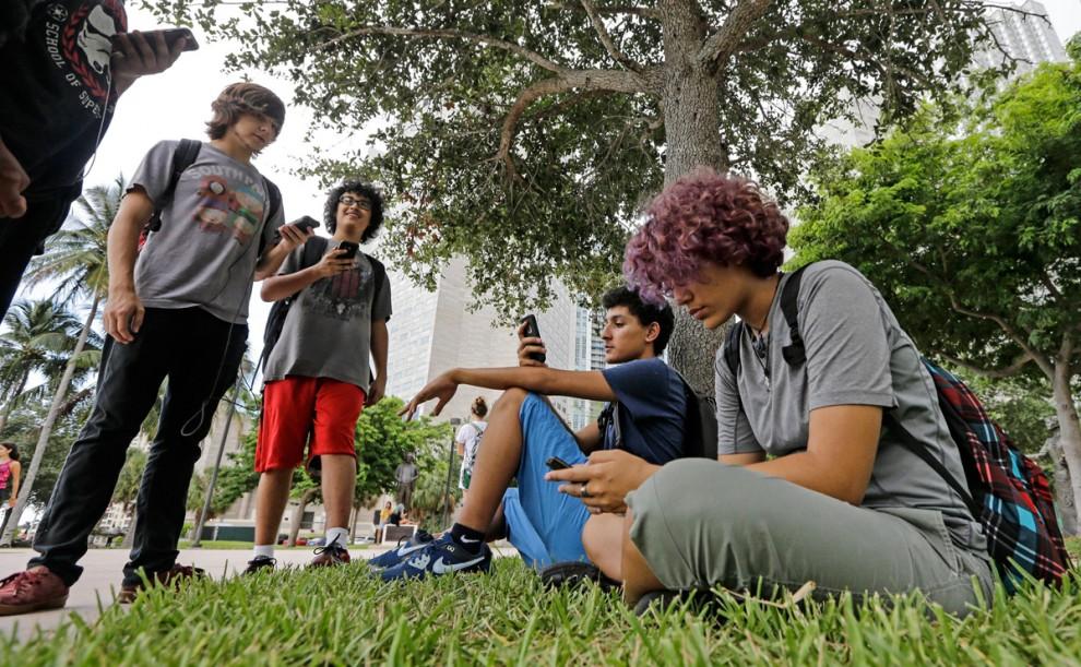 Игра дополненной реальности Pokemon Go на экране смартфона в городе Палм-Спрингс, штат Калифорния, 1