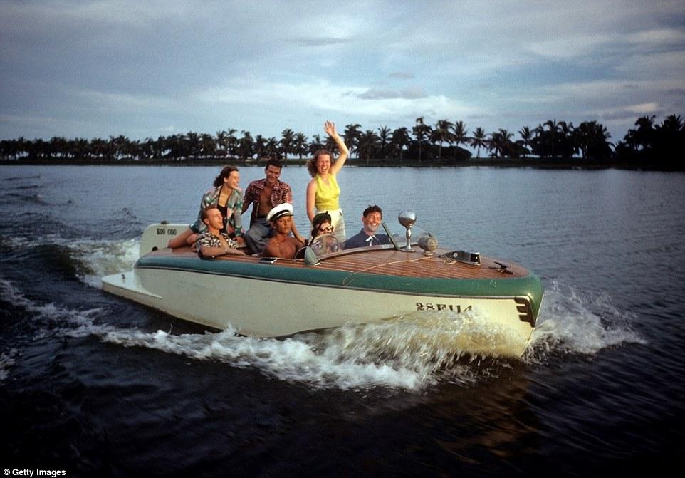 Туристы катаются на лодке.
