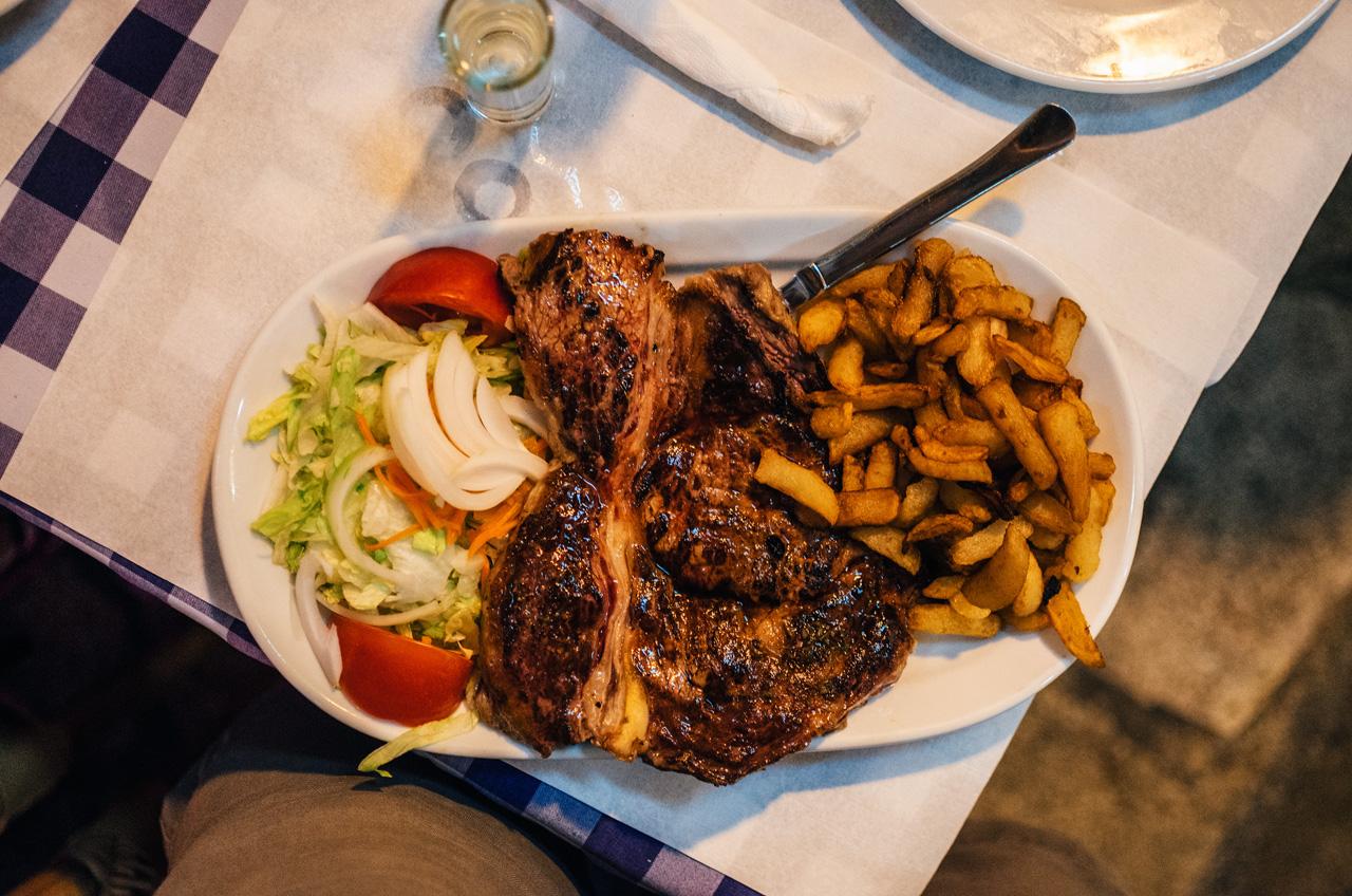 На Майорке курятина стоит дороже, чем свинина и говядина. И увидеть вот такой вот стейк куда больше вероятности, чем привычное нам филе из цыпленка в сыре