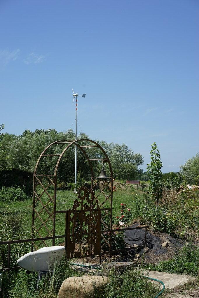 """Эко-поселение """"Здравое"""". Кованные ворота и колокол на входе в поместье основателя поселения."""