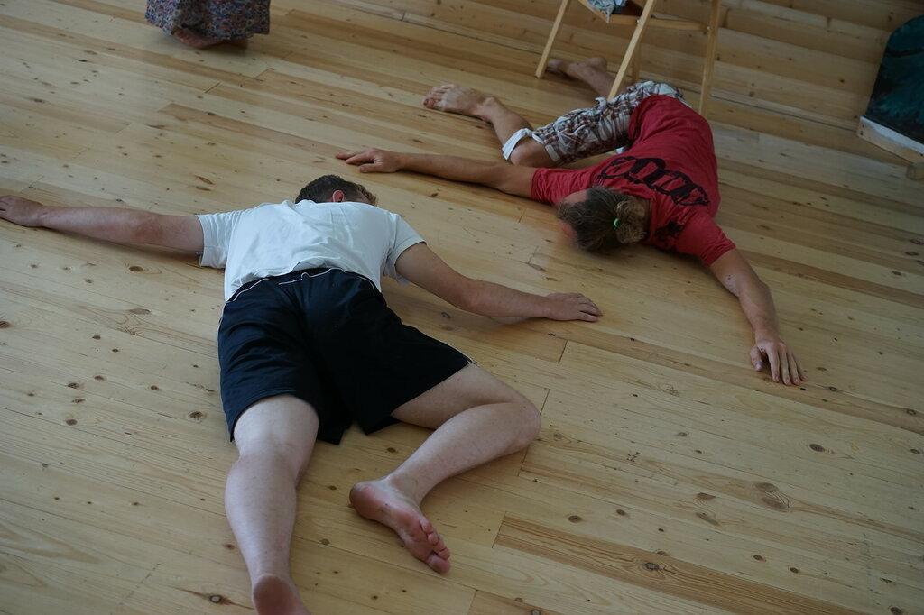 """Эко-поселение """"Здравое"""". Взрослые помогают на детском занятии."""