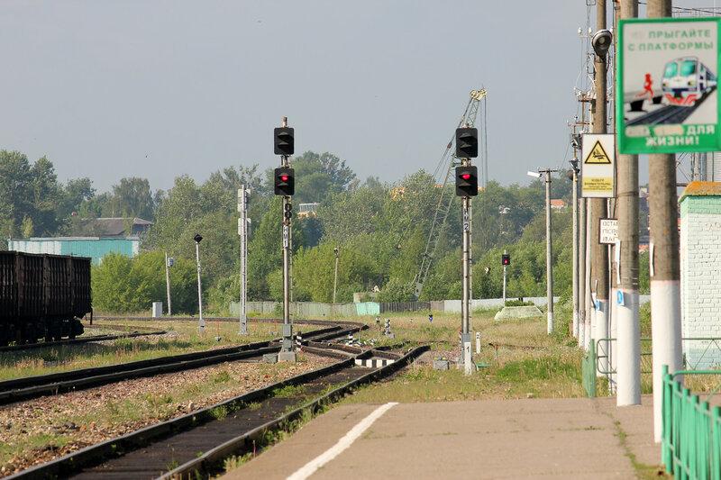 Нечётные маршрутные светофоры на станции Сычёвка, вид на Вязьму
