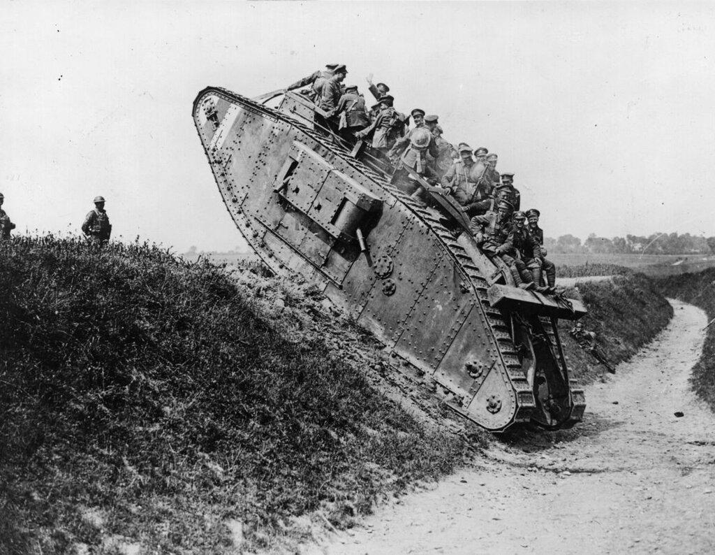 Британские солдаты в танке.jpg