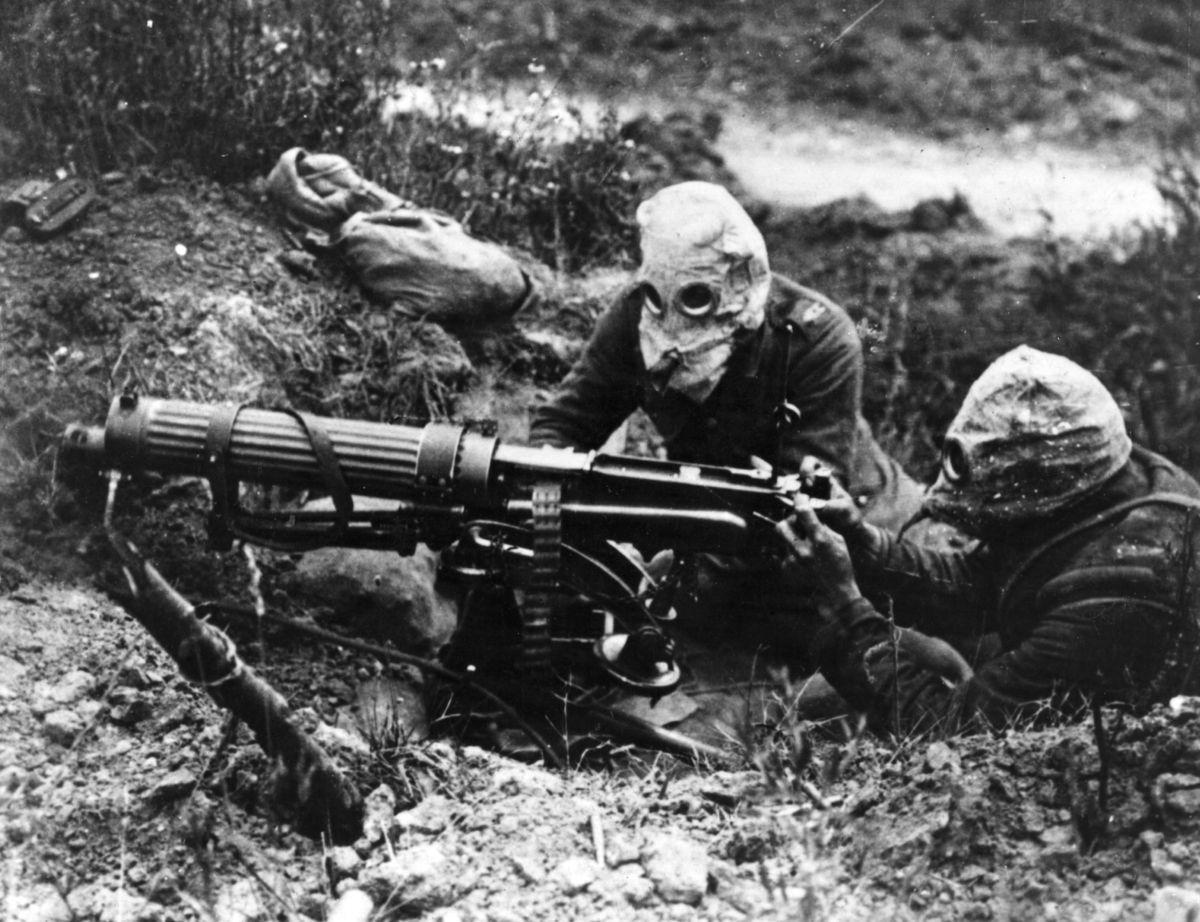 Британские солдаты в противогазах, в первый день битвы на Сомме.jpg