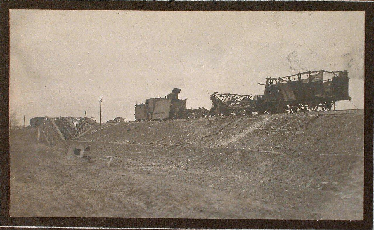 44. Вид разрушенных вагонов бронированного поезда