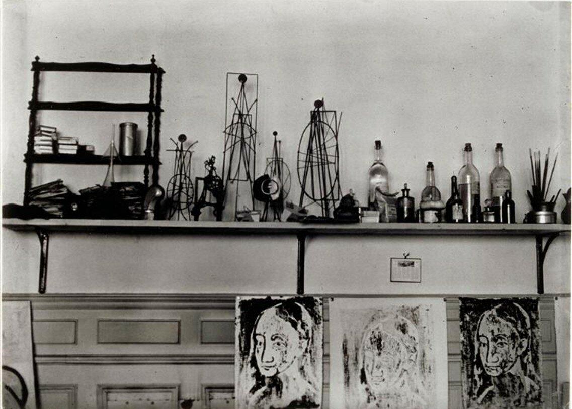 1932. Полки в мастерской Пикассо на улице Буати
