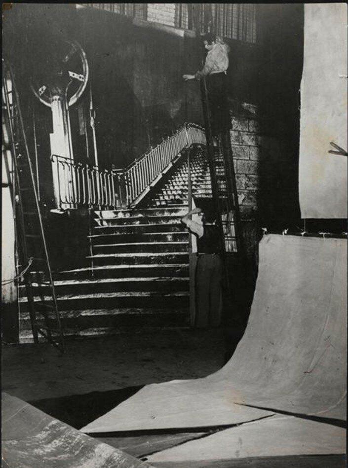 1945. Монтаж декораций для спектакля Рандеву