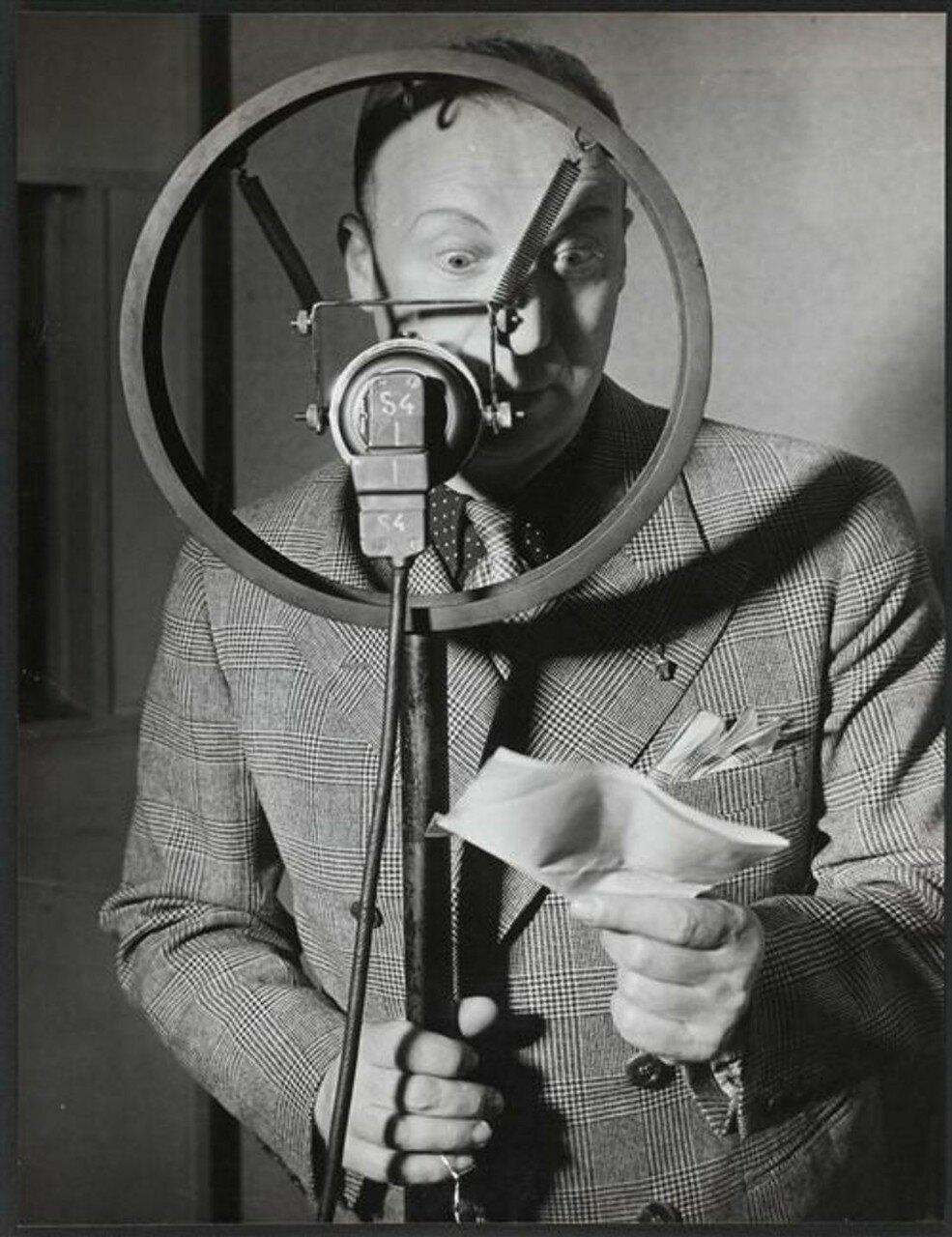 1935. Пьер Дак перед микрофоном