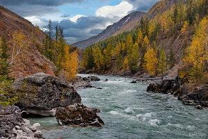 Тесновато горной речке в удивительном местечке.