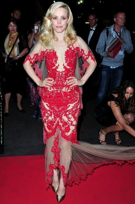 11. Вот в таком необычном наряде от Marchesa появилась на красной ковровой дорожке в 2011 году Рэйче