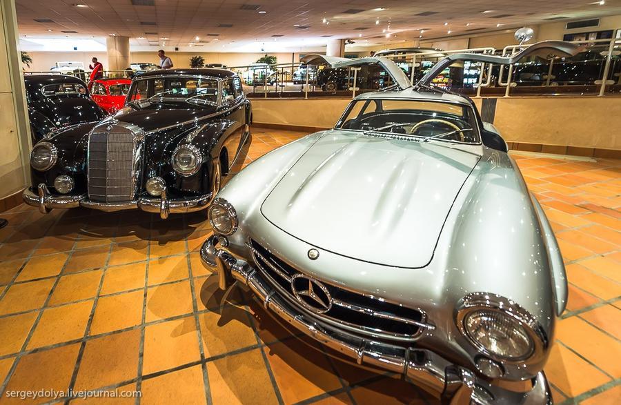 26. Mercedes-Benz 1954-го слева. Справа авто с дверями «крылья чайки» в открытом положении.