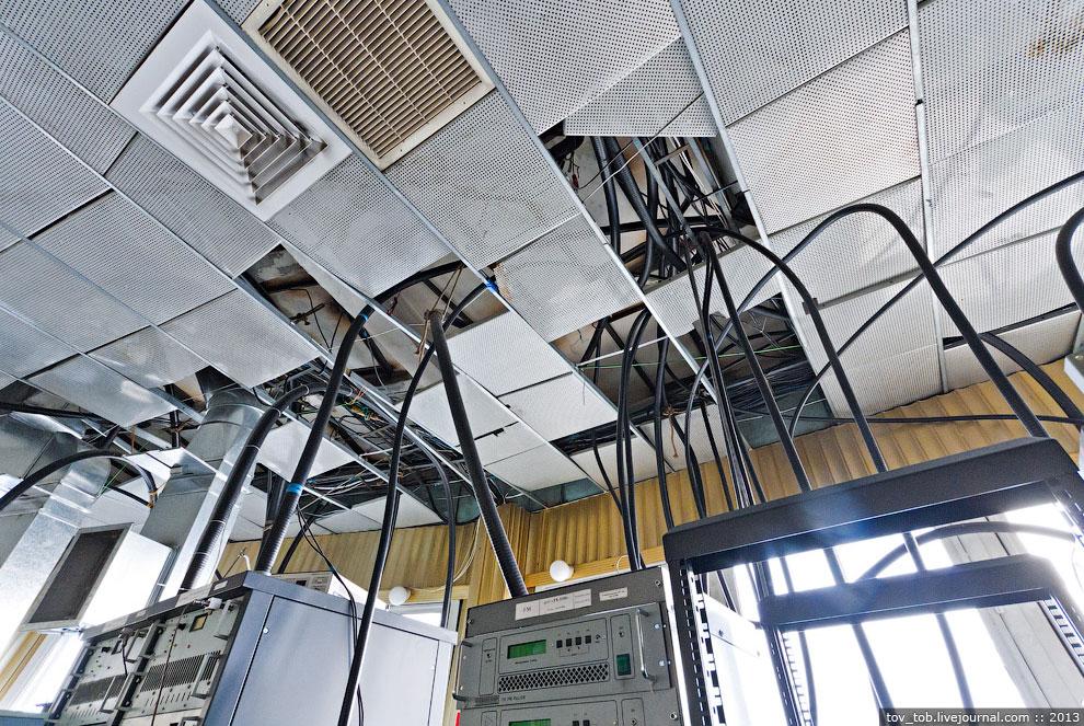 В другом зале установлено несколько современных передатчиков стандарта DVB-T для работы с цифро
