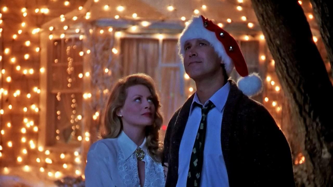 В доме Грисуолдов празднуют Рождество. Время, когда дарят подарки, звучат гимны, радостно мерцают ог