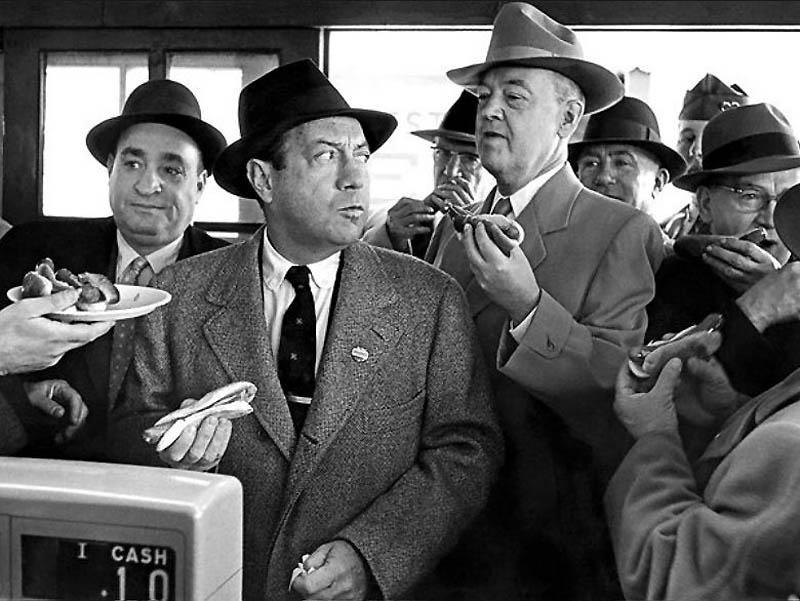 7. В октябре 1957 года мэр Роберт Вагнер, на фотографии второй слева, побывал в закусочной Кони-Айле