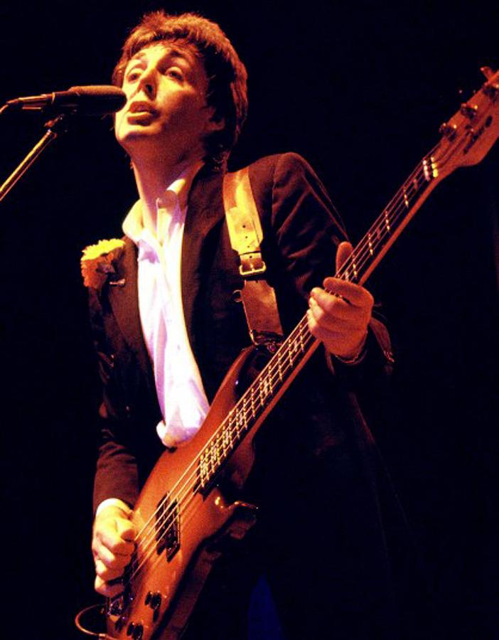Пол Маккартни на концерте в составе группы Wings в 1979 году.