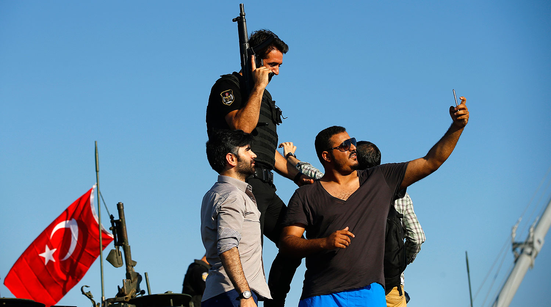 Полиция сопровождает арестованных мятежников на площади Таксим в Стамбуле