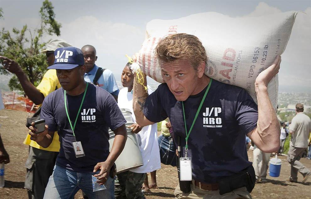 4. В апреле 2010 года один из гаитянских палаточных лагерей оказался под угрозой наводнения и оползн