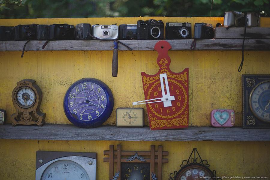 4. Коллекция старых фотоаппаратов, настенных и настольных часов.