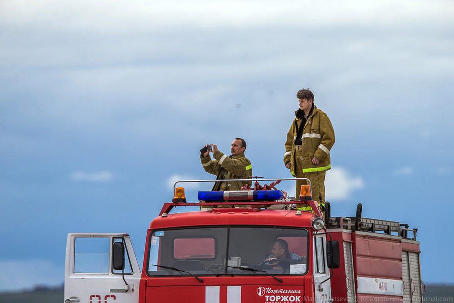 5. Пожарные обычно встречают самолеты в кабине автомобиля, но не в этот раз…