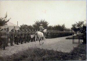 Солдаты и офицеры головного железнодорожного отряда приветствуют прибывшего начальника военных сообщений (перед отправлением).