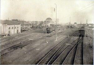 Общий вид строений и железнодорожных путей на станции.