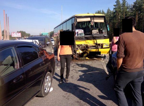 Автобус скитайцами попал вмассовое ДТП наНовоприозерском шоссе: есть пострадавшие