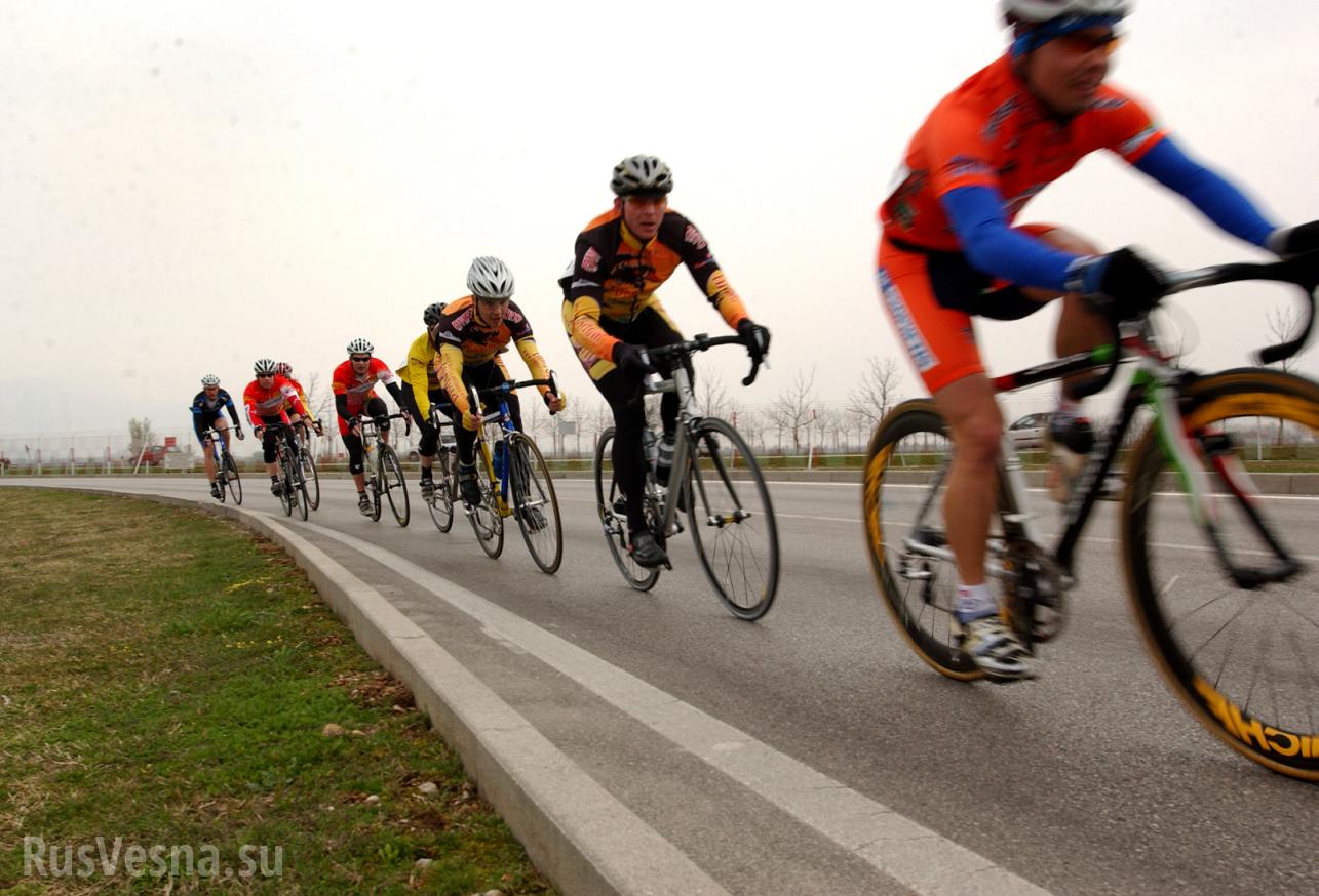 Велосипедист опередил соперников при помощи законов физики